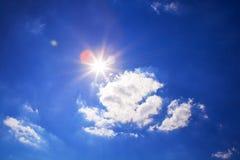 在天空的明亮的太阳 免版税库存照片