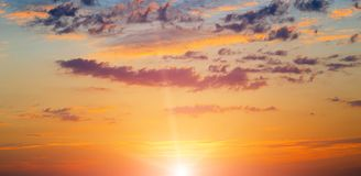 在天空的明亮的日出与积云 免版税库存图片