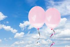 在天空的桃红色baloons 免版税库存照片