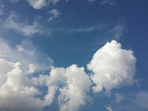 在天空的棉花球 免版税图库摄影