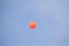 在天空的橙色气球 库存图片