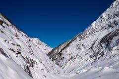 在天空的清楚的山 库存图片