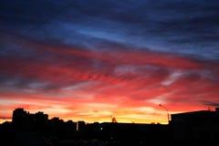 在天空的溢出的日落 免版税库存图片