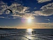 在天空的滑翔伞 免版税库存照片