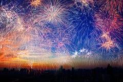 在天空的烟花在日落城市 假日节日背景 图库摄影