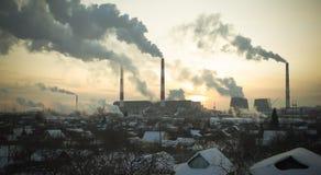 在天空的热量驻地烟在冬天日落 免版税库存照片