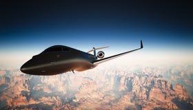 在天空的照片客舱黑色表面无光泽的豪华普通设计私人喷气式飞机飞行在地面下 全部背景的峡谷 库存图片