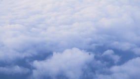 在天空的白色云彩在从窗口飞行的飞机的地球视图 背景蓝色覆盖cloudscape天空 从飞机窗口的鸟瞰图 股票视频