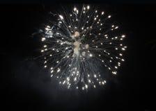 在天空的白色烟花在晚上 免版税库存图片