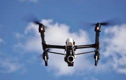 在天空的眼睛:照相机寄生虫飞行(白色云彩&蓝天背景) 图库摄影