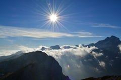 在天空的神奇光亮的对象 免版税库存照片