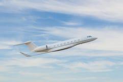在天空的私人喷气式飞机飞行 免版税库存照片