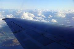 在天空的空中上流射击了平面离开的Hono窗口视图  免版税库存图片