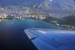 在天空的空中上流射击了平面离开的Hono窗口视图  免版税库存照片