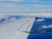 在天空的空中上流射击了平面离开的Hono窗口视图  库存图片