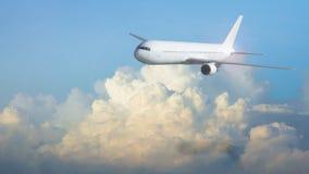 在天空的空中飞机飞行与蓝色和黄色云彩在早晨 库存图片