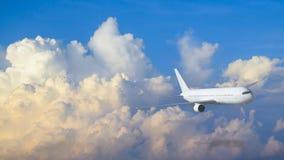 在天空的空中飞机飞行与蓝色和黄色云彩 免版税库存照片