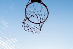 在天空的篮球篮 库存照片