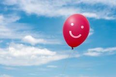 在天空的红色气球 免版税图库摄影