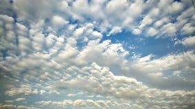 在天空的美丽的云彩在日出有蓝色背景 库存照片
