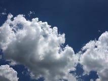 在天空的美丽的云彩 库存图片