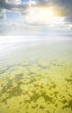 在天空的美丽的多云湖 免版税图库摄影