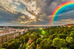 在天空的美丽的彩虹 免版税库存照片