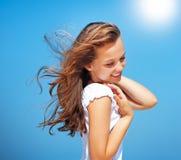 在天空的美丽的蓝色女孩 免版税库存照片
