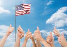 在天空的美国国旗显示赞许的拍动和手签字 库存照片