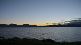 在天空的美好的日落颜色在山脉和镇静蓝色海湾在北挪威timelapse浮出水面 股票录像