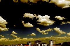 在天空的美妙的云彩,云彩用不同的形状,在城市的云彩,有趣的云彩,照片的完善的云彩形状 库存照片