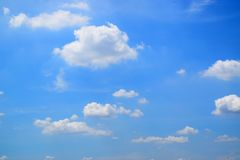 在天空的背景云彩 免版税库存照片