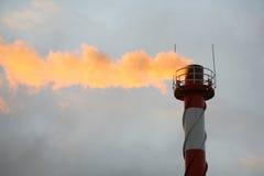 在天空的背景的抽烟的行业管道 免版税库存图片