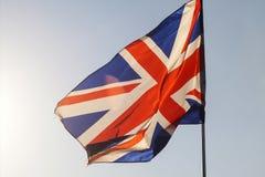 在天空的英国国旗飞行 免版税库存图片