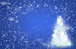 在天空的落的雪花 圣诞节魔术, 免版税库存图片