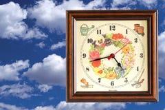 在天空的葡萄酒时钟 免版税图库摄影