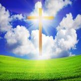 在天空的蓝色交叉复活节域绿色 库存图片