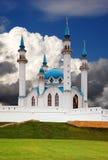 在天空的蓝色伊斯兰清真寺 库存照片