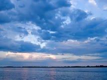 在天空的蓝色被覆盖的湖 库存照片