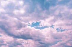 在天空的蓬松云彩 图库摄影
