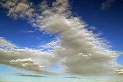 在天空的蓬松云彩 免版税库存照片