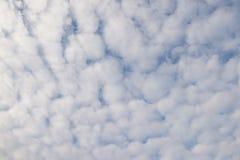 在天空的蓬松云彩 库存照片