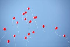 在天空的许多红色气球 免版税库存图片