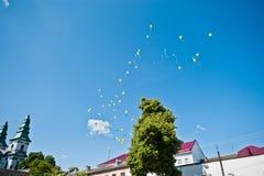 在天空的许多色的气球 免版税库存照片