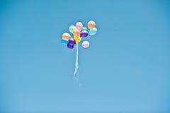 在天空的许多色的气球 图库摄影