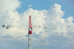 在天空的起重机有云彩背景 免版税库存图片