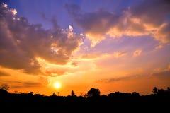 在天空的金黄光在日落期间 图库摄影