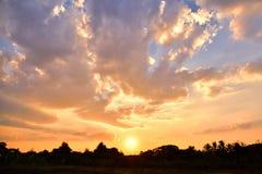 在天空的金黄光在日落期间 库存照片