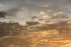 在天空的金黄云彩在日落期间 库存图片