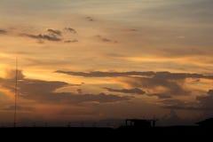 在天空的金黄云彩在日落期间 库存照片